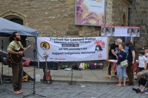 Pascoal Uamba vom Liedertour-Team an der Leipziger Nikolaikirche