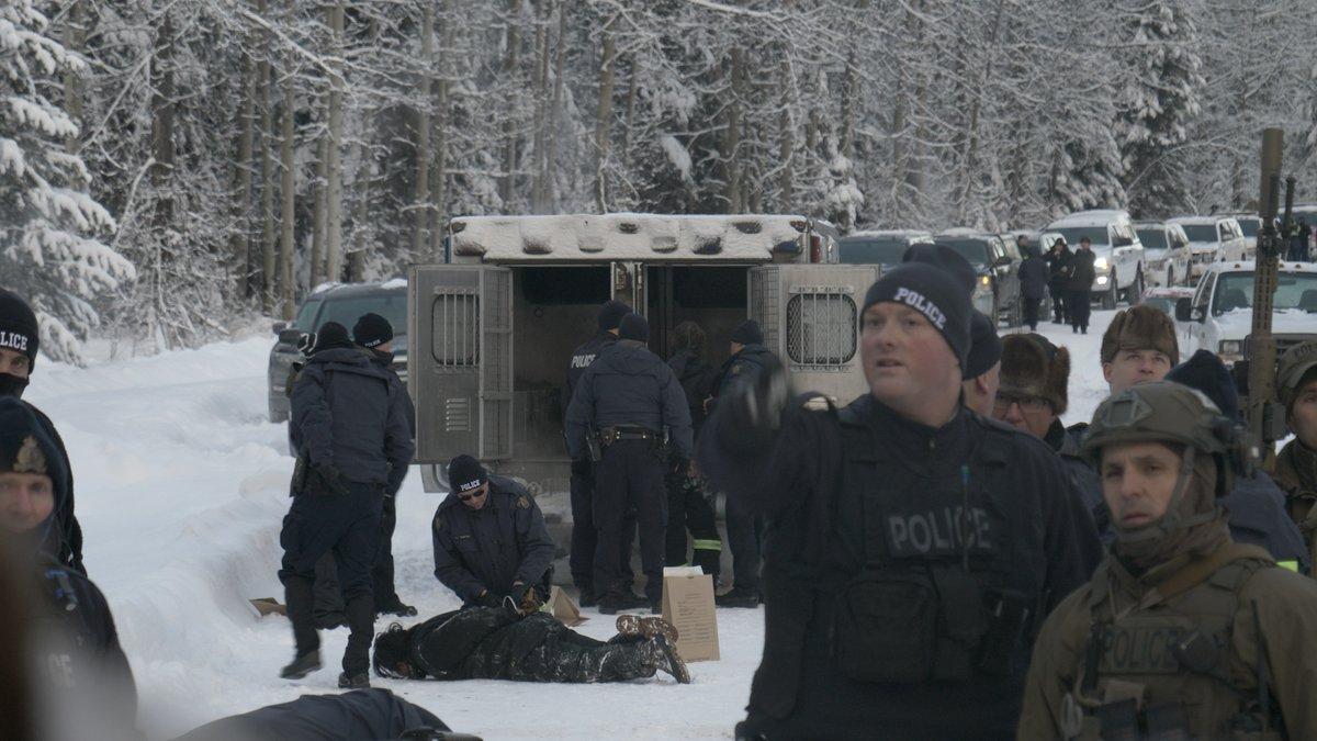 Bilder der Polizeiaktion gegen indigene Aktivistinnen.